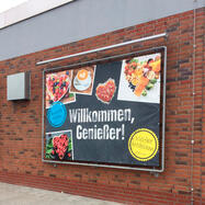 """Systém ocelových násuvných bannerových rámů - """"Wall"""" s žárovým zinkováním, vč. PVC banneru z Frontlitu"""