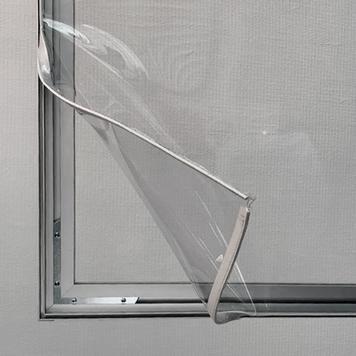 Dělící stěna z hliníkového napínacího rámu s průhledným bannerem